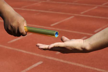 atletisch: Relais-atleten handen verzenden actie Stockfoto