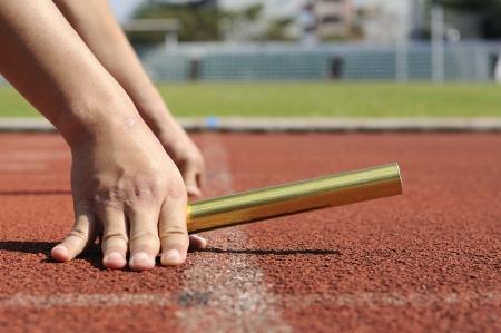 Relais-atleten handen beginnen actie Stockfoto