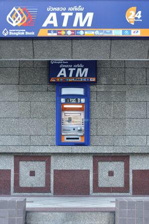 automatic teller machine: BANGKOK-04 de octubre, Automatic Teller Machine de lado Bangkok Banco de edificio en 04 de octubre 2014 en Bangkok, Tailandia. Editorial