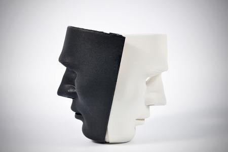 antifaz: Máscaras blancas y negras como el comportamiento humano, la concepción