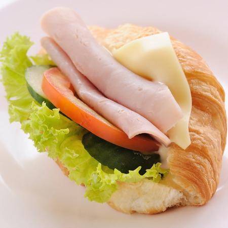 jamon y queso: Croissant de jam�n queso en un plato.