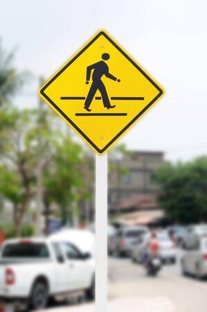 crosswalk: signo del paso de peatones en el tr�fico urbano Foto de archivo