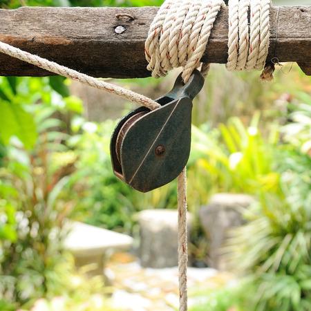 polea: Polea pequeña con una cuerda en el jardín, el ahorro de mano de obra