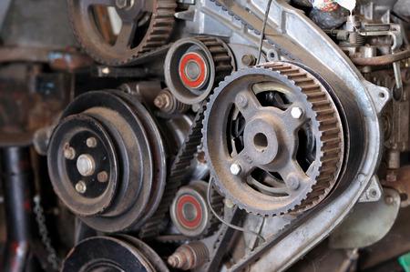 Motor tandwielen, motorruimte van het voertuig in afwachting van onderhoud. Stockfoto