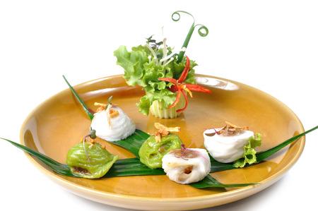 cebollines: Bolas de masa hervida al vapor de arroz en plato marrón