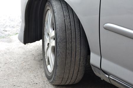 안전하지 않은 안전하지 않은 타이어를 사용하십시오. 스톡 콘텐츠