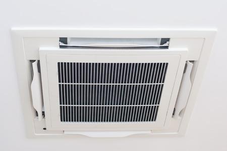 Nowoczesna klimatyzacja sufitowa montowana na suficie domu, nowoczesna technologia.