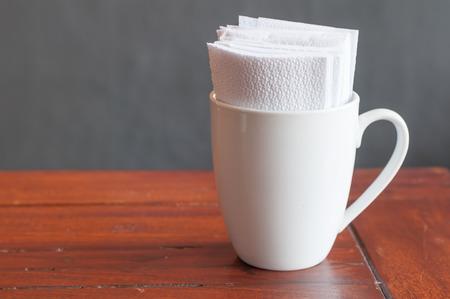 White tissues paper in white coffee mug in coffee restaurant. Stockfoto