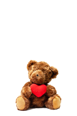Cute dark brown bear holding wool red heart sitting on white background, give love valentine lover concept. Banque d'images - 120936364