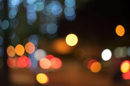 Fuoco Out e sfocatura di luce sulla strada di notte Archivio Fotografico