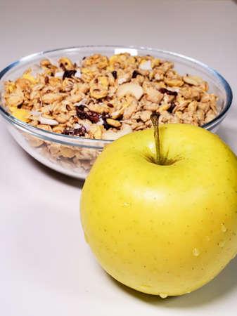 granola and green apple for breakfast. A healthy, gluten-free vegetarian breakfast Standard-Bild