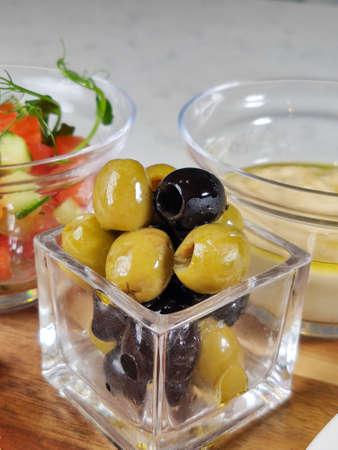 olives dans un bol closeup sur la table dans un restaurant Standard-Bild
