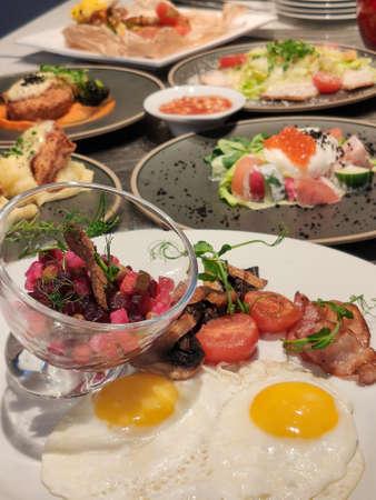 table dans le restaurant avec beaucoup de plats, petit d jeuner, salade, d jeuner, d ner