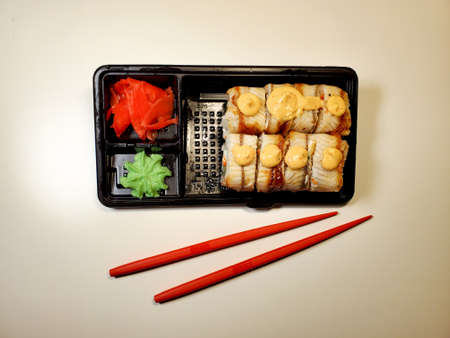 online food ordering and home delivery Service during the coronavirus quarantine. Delivery of sushi and rolls Standard-Bild