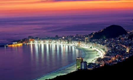 Vista nocturna de la playa de Copacabana de Río de Janeiro