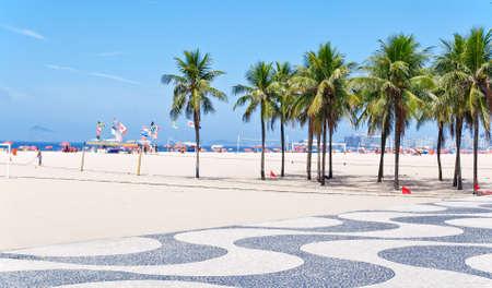 야자수와 보도의 모자이크와 코파카바나 해변의 전망