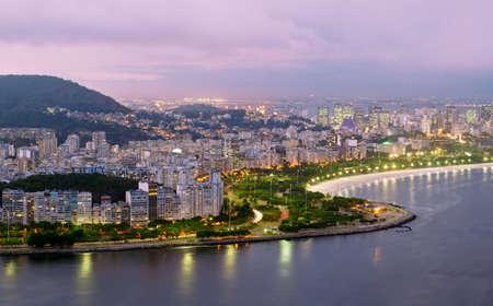 america del sur: Vista nocturna de la playa de Flamengo y el distrito de Río de Janeiro