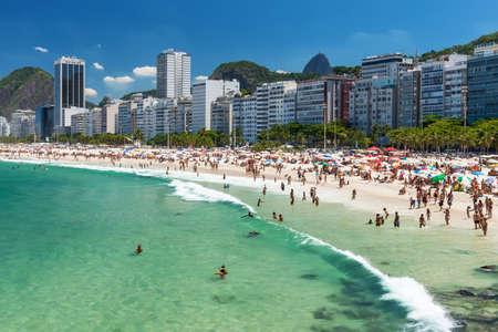 Blick auf Strand der Copacabana in Rio de Janeiro, Brasilien Standard-Bild - 28586597