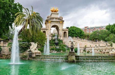 leon con alas: Una fuente y cascada en el parque de la Ciutadella en Barcelona, ??España Foto de archivo