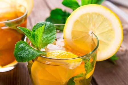 limonada: Limonada con limón y menta sobre fondo de madera