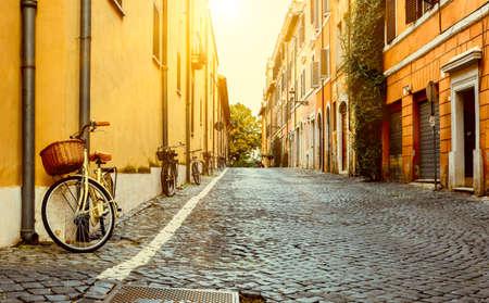 bicicleta retro: Calle vieja en Roma, Italia Foto de archivo