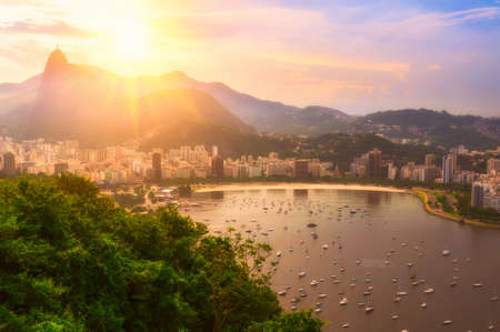 コルコバードとリオ ・ デ ・ ジャネイロ ボタフォゴのサンセット ビュー。ブラジル