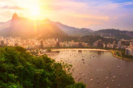 Zonsondergang van Corcovado en Botafogo in Rio de Janeiro. Brazilië