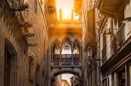carrer: Bridge at Carrer del Bisbe in Barri Gotic, Barcelona. Spain