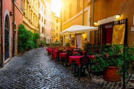 Gezellige oude straat in Trastevere in Rome, Italië