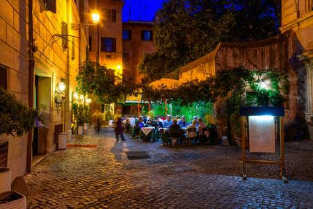 Vista notturna della vecchia strada in Trastevere a Roma, Italia Archivio Fotografico