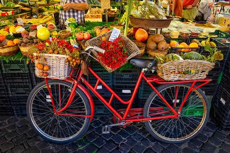 Rode oude fiets in de markt op Campo di Fiori, Rome, Italië