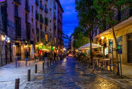 Vista nocturna de la vieja calle acogedora en Madrid. España Foto de archivo - 80016331