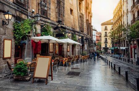 Stary przytulna ulica w Madrycie. Hiszpania