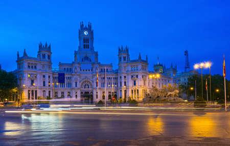 plaza de la cibeles: Night view of Cybeles Square (Plaza de la Cibeles) and Central Post Office (Palacio de Comunicaciones) in Madrid, Spain