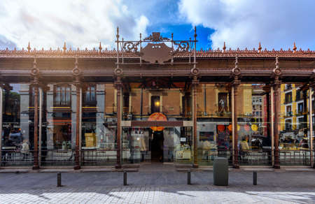 메르 카도 산 미구엘 마드리드, 스페인. 마드리드의 메르 카도 산 미겔은 스페인 마드리드에서 가장 유명한 랜드 마크 중 하나입니다. 스톡 콘텐츠
