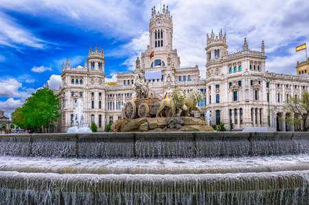 스페인 마드리드에있는 Cybele 's 광장 (Cibeles 광장)과 Central Post Office (Palacio de Comunicaciones) 스톡 콘텐츠