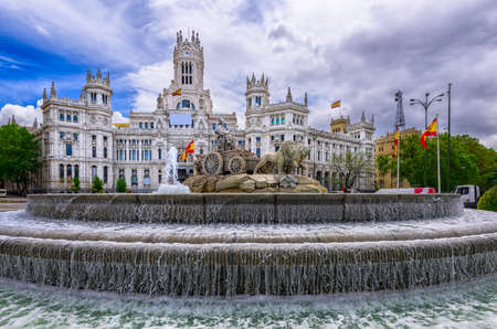 Cybele's Square (Plaza de la Cibeles) en Central Post Office (Palacio de Comunicaciones) in Madrid, Spanje