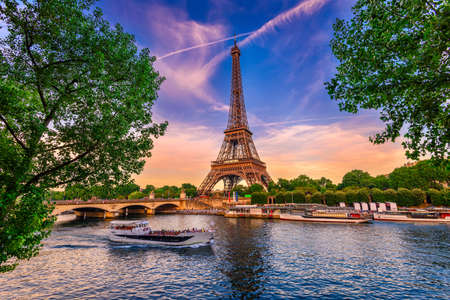 Paris tour eiffel et la seine au coucher du soleil à paris, france. La tour Eiffel est l'un des monuments les plus emblématiques de Paris.