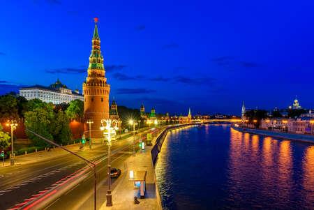 Kremlin de Moscú, el muelle del Kremlin y el río Moscú por la noche en Moscú, Rusia. Arquitectura y monumento de Moscú