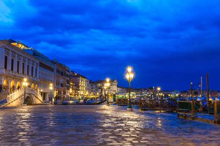 Vista Nocturna Del Paseo Marítimo De La Plaza De San Marco En ...
