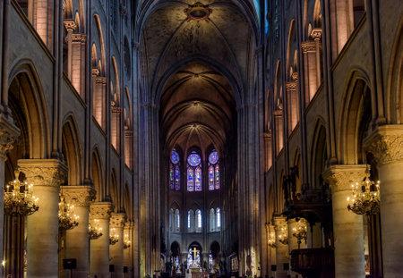 PARIJS, FRANKRIJK - 22 mei: Interieur van de Notre Dame de Paris in Parijs, Frankrijk. De kathedraal van Notre Dame is een van de meestbezochte monumenten in Parijs. Redactioneel