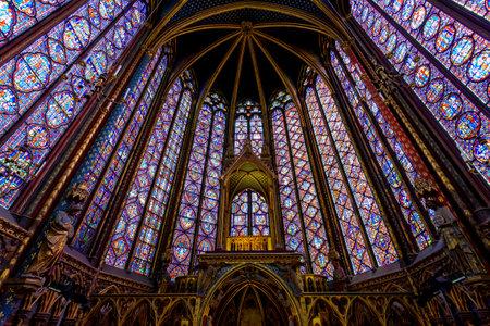 파리, 프랑스 -5 월 22 일 : 스테인드 글라스 인테리어에서 셍 트 - 샤 펠 파리, 프랑스. Sainte-Chapelle은 고딕 양식의 왕실 예배당으로, 중세 Palais de la Cite  에디토리얼