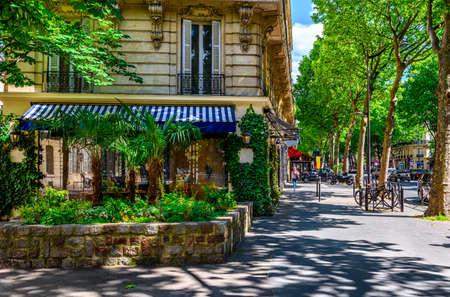 파리, 프랑스의대로 생 제르맹 (Boulevard Saint-Germain). Boulevard Saint-Germain은 파리의 주요 거리입니다.