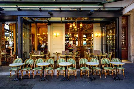 Vista tipica della strada parigina con tavoli di brasserie (cafe) a Parigi, Francia