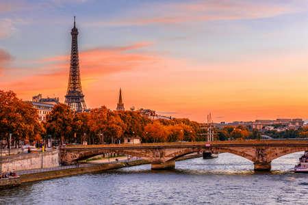 에펠 타워와 세 느 강 파리, 프랑스에서에서 일몰보기. 가을 파리 스톡 콘텐츠 - 87546995