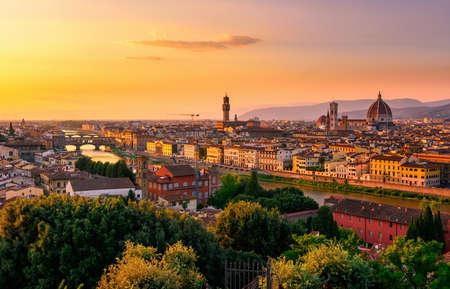 Sonnenuntergangansicht von Florenz, von Ponte Vecchio, von Palazzo Vecchio und von Florence Duomo, Italien Standard-Bild