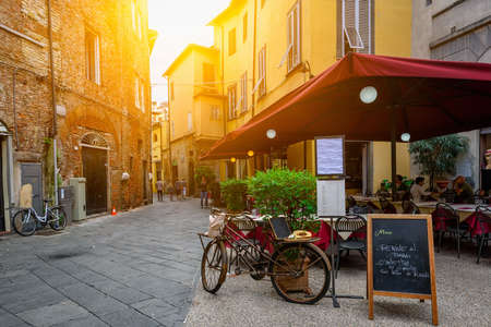 Oude gezellige straat in Lucca, Italië