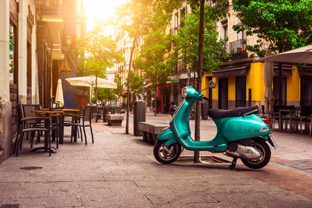 Madrid, Spanje - 10 mei 2016: Scooter Vespa geparkeerd op oude straat in Madrid, Spanje