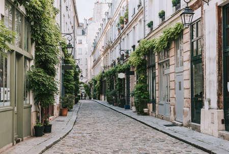 Przytulna ulica w Paryżu, Francja
