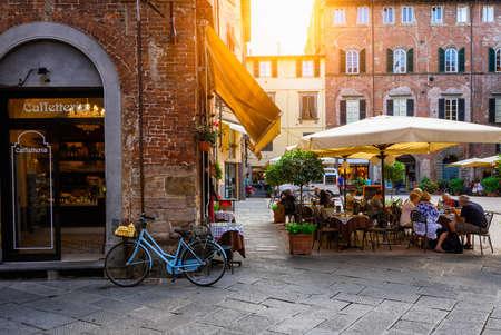 Oude gezellige straat in Lucca, Italië Stockfoto
